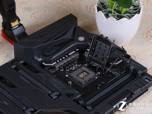 处理器及供电部分 内存部分,M8F提供了4条DDR 4-DIMM内存插槽,最大支持64GB 3733MHz(OC)双通道内存组合。PCI扩展部分,配备3条PCI-E x16高速插槽,3条PCI-E x1插槽,支持SLI及CF多卡互联技术,适合高端玩家组建多卡高性能游戏平台。