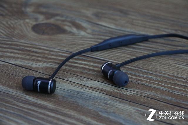 飞利浦SHQ4300 推荐理由:防撕扯凯夫拉尔涂层 防泼溅功能强大 适用人群:喜欢在运动时聆听音乐的用户 参考价格:159元 编辑点评:飞利浦SHQ4300运动耳机仅重11.4克,轻便舒适,用户甚至感受不到它的存在。IPX-4等级的防水级别可以提供全方位全角度的泼溅防水保护,使其成为全天候训练的好伴侣。凯夫拉尔涂层加固线缆能够提供更高的耐用性和强度,可以很好地防止暴力撕扯。  飞利浦SHQ4300  飞利浦SHQ4300 飞利浦SHQ4300配有导线固定夹,可有效固定线材,防止晃动和避免听诊器效应。耳机的
